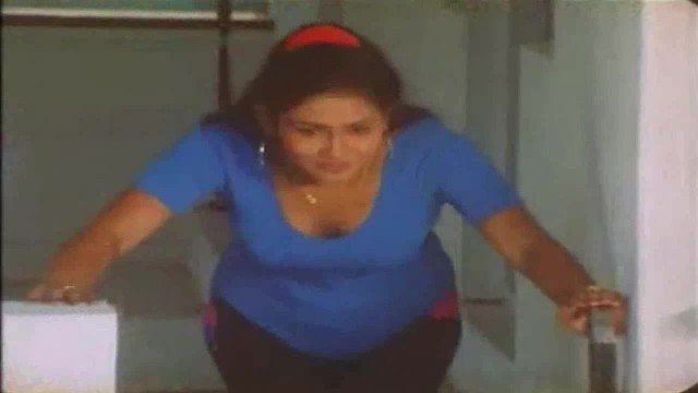 Mallu Aunty Niece College Girl Romantic Cleavage Open Scene Infront of Neighbour